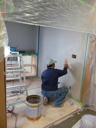 今回護摩焚き内壁面は漆喰仕上げまずは第一工程の下地塗です