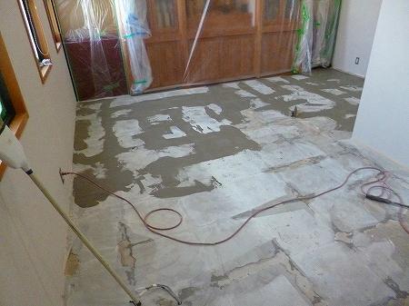 並行して納骨堂内床面の下地処理を左官屋さんに施工して頂きました