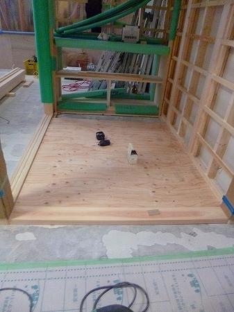下地の上に構造用合板を貼り並べ、仕上げとなる無垢の縁甲板を貼る予定です