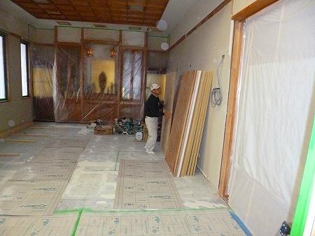 施工場所が2階にある為、  階段を駆け上がって資材を運び込みます