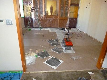 既存床材の塩ビタイルも撤去致します。