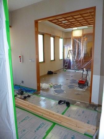 養生も終わり、まずは解体工事のスタートです。  既存枠・扉共に撤去し間仕切り壁も撤去致します。