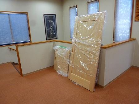 木製建具が搬入されました 建具の材質も無垢のヒノキ材にツキ板仕様になります