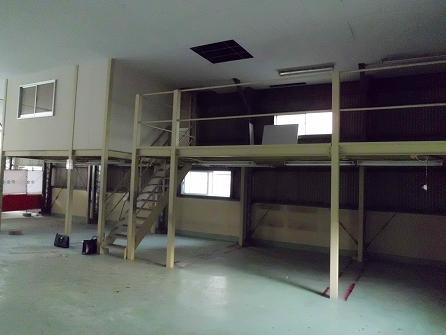 鉄骨は細工して2階席に、、、 階段も再利用