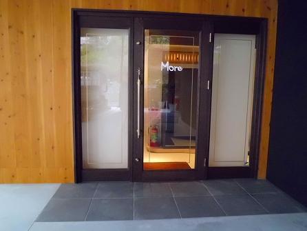 玄関ドア 白いところはロールスクリーン