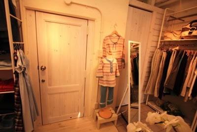 栂のフレームと檜板で構成された フィッティングルームのドア 丁番で片開き