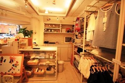 レジカウンター、吊り棚、地袋収納チェストも すべて木製で弊社施工です