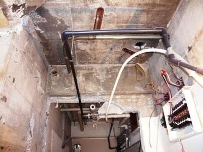 こちらのパイプや壁・天井も艶消しホワイトで仕上げます。 どんなに変わるかお楽しみ