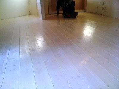 床フローリングの塗装も無事終わり しっとりとした鈍い艶がいい感じに出ております