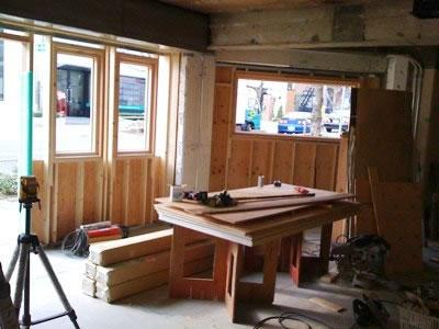 壁に大きく開いた部分には木窓が設置されます