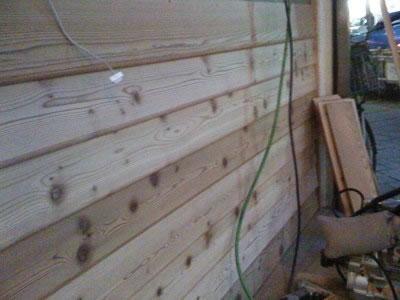 横から見ると 板1枚1枚が斜めに転んでおり 雨の侵入を防止する加工が施されております