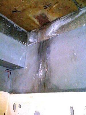 天井にかなり怪しい水漏れの跡が! このテナントは5階建ての共同住宅部と切り離されているため 天井=屋上となっており 防水を確かめてみることに・・・