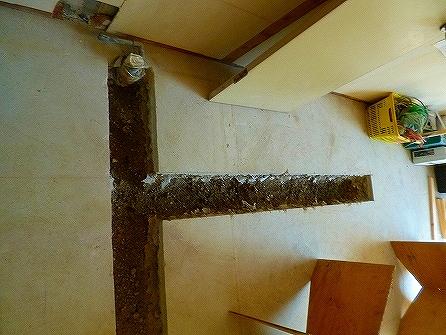 この溝に排水配管と給水配管を埋め込みます