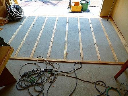 造作工事では、今回売場のみ床上げをしくりの無垢フローリングを施工いたします