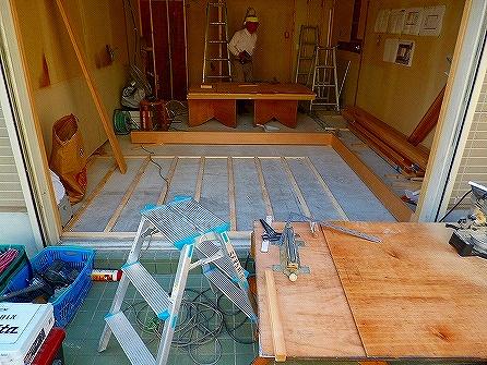 ファサードは店内を見渡せるよう大きなFIX+木製ドアで入り口を作る予定です