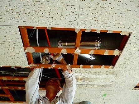 狭い天井開口で換気用の配管を施工していただいております