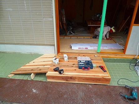 外部の段差を解消する為、 木製スロープを並行して設置中