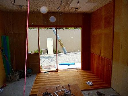 装飾工事の前に、木部の塗装完了 床部分は2色に塗り分け致しました