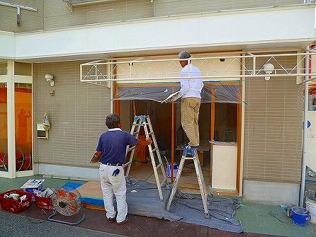 外部では左官屋さんに外壁材を鏝ムラ仕上げでしごいて頂きました