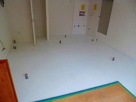 厨房部分の床は長尺シートを施工