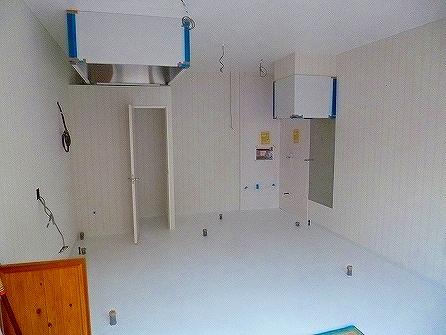 シンク設置部分の壁はキッチンパネル貼りその他の壁面はストライプ調のクロス仕上げ
