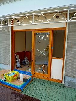 入口の木製引戸の吊り込みも完了
