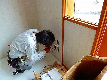 工事も大詰めです、店内では電気屋さんに器具の取付をして頂きます