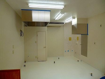 業務用のクーラーも取付し 後は床から立ちあがっている配管の上に厨房機器を設置すれば内部の完了になります