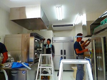 その他、ホイロ・ミキサー・台下冷蔵等の厨房機器も搬入完了です