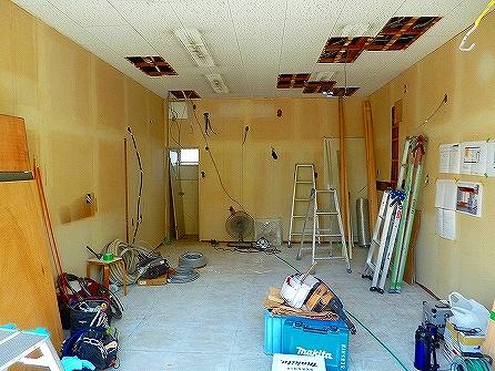 天井は必要部分を解体し、 電気の配線や換気配管を先行して行います。