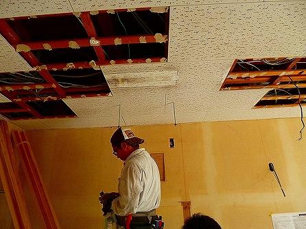 壁面に新しく取り付けるコンセントやスイッチの配線天井の開口を利用し配線して行きます。