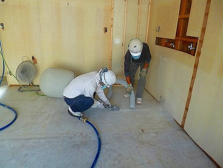 次工程では、厨房機器のレイアウトに合わせ設備配管用の溝斫りに取り掛かりました