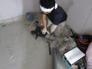 配線作業と同時進行で排水管の作業も進行中