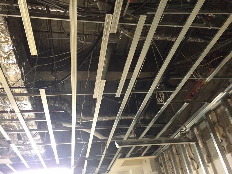 ダクト工事が終わると電気配線を行いつつ天井下地を復旧