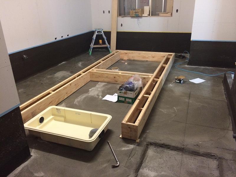 厨房防水が終わった時点で排水溝の型枠を仮設置 保護モルタル施工後に戻します