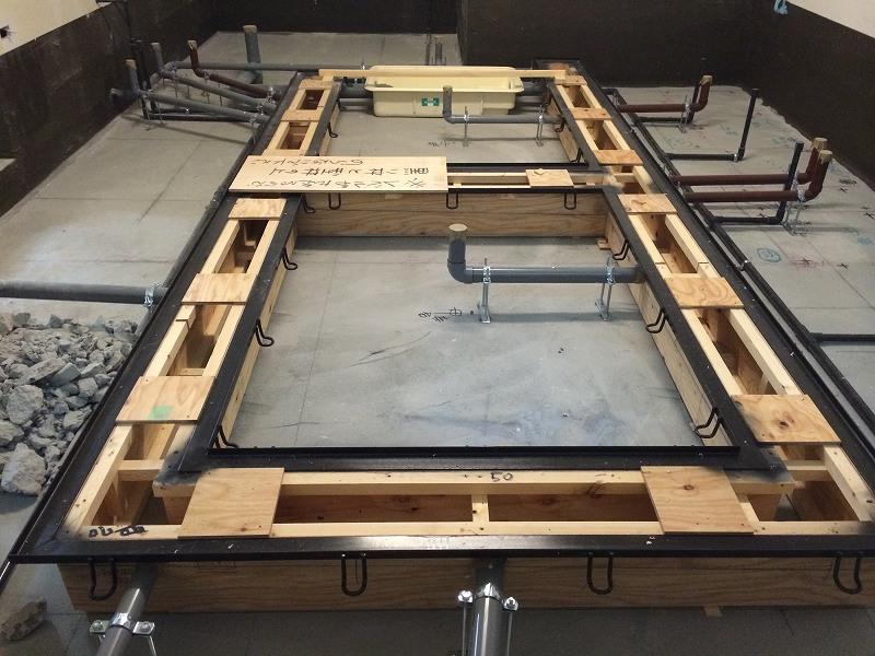厨房はまだまだ終わらない! 排水溝の蓋を乗せる金具を設置