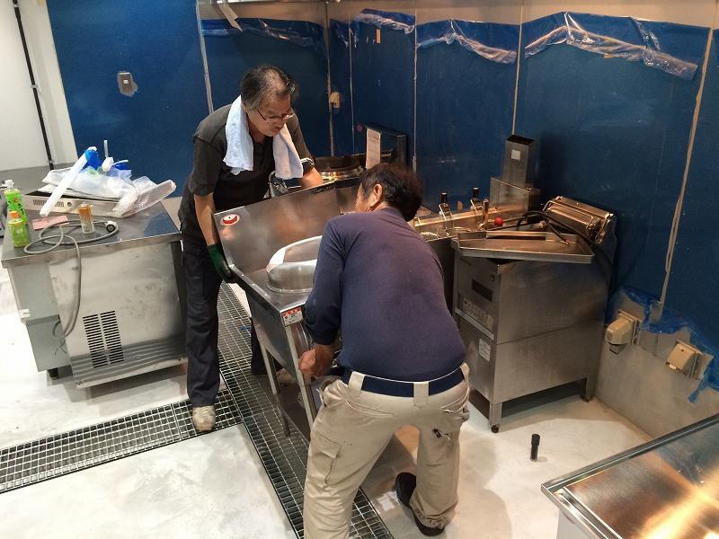 早速厨房機器搬入